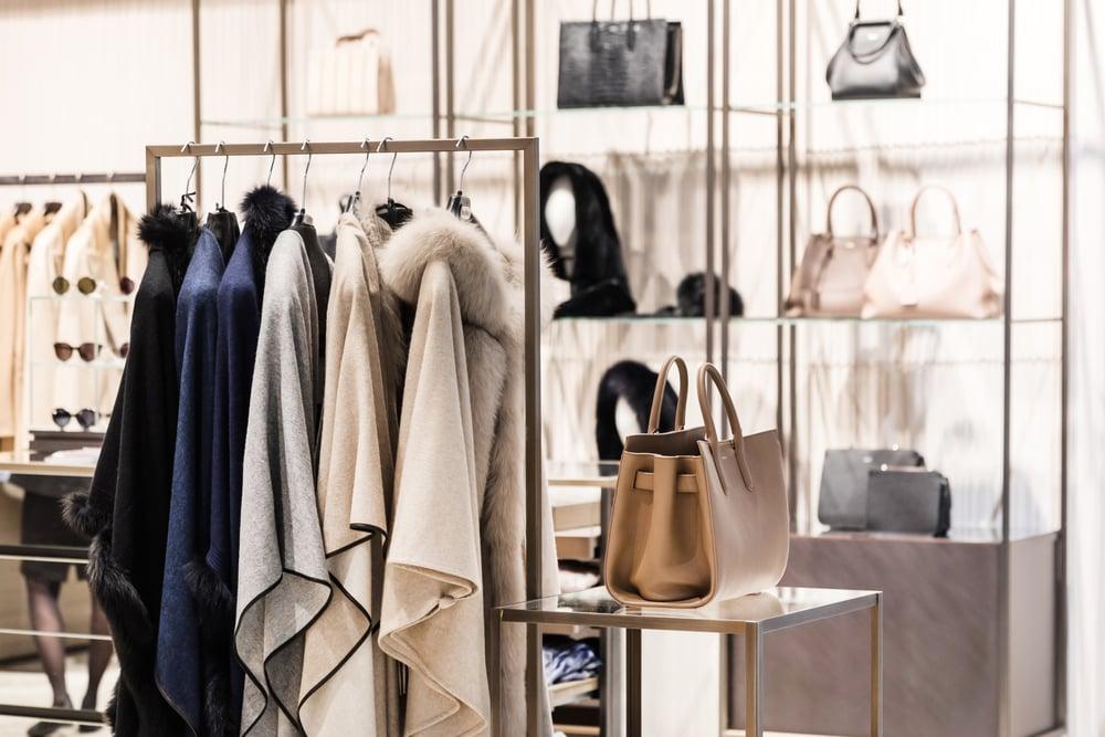 Casacos e bolsas de marcas famosas, representando o mercado de luxo